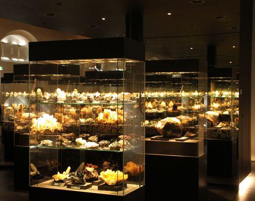 Mineralien im Spiegel der Vitrinen