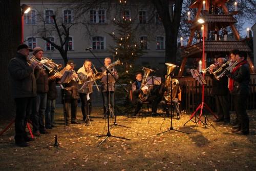 2011/12 - Bläsergruppe vor der Pyramide auf dem Weihnachtsmarkt in Eppendorf Sachsen.