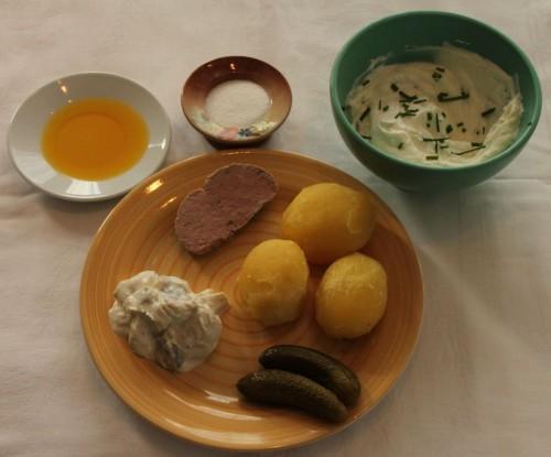 2012/03 - Pellkartoffeln mit ... Leberwurst, Matjes, Gurke, Quark mit Schnittlauch, Salz und Leinöl