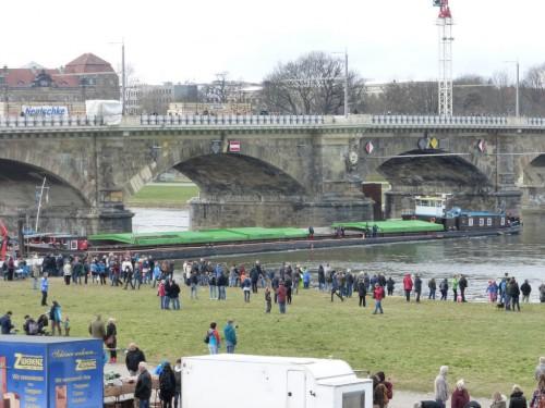 2016/03 – Technisches Versagen am Transportschiff führt zum Stopp auf der Elbe.