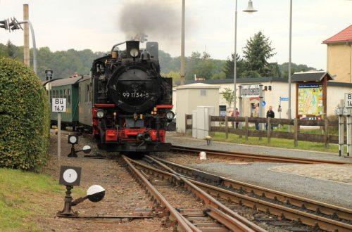 2016/10 – Der Zug von Freital-Hainsberg fährt ein.