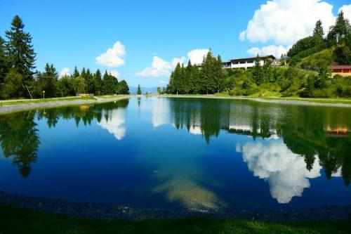 2021/09 - Sonne und Wolken spiegeln im Bergsee.